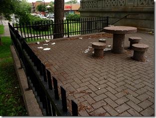 Terrasse maculée de déchets, Parc Morgan - Photographie Pierre Chantelois
