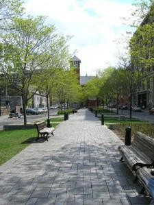 «Place de la Grande-Paix», dans le Vieux-Montréal, commémorant le traité de la Grande Paix, signé en 1701, par les représentants de 39 nations amérindiennes et le Sieur de Callière au nom de la France.
