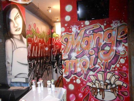 man graffiti restaurant mange-moi