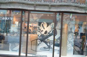 vitrines maison simons axe mickey mouse street art
